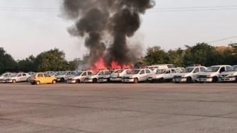 Microbuzul a ars ca o torță, iar flăcările s-au extins și la mașinile de poliție. FOTO ISU Dobrogea