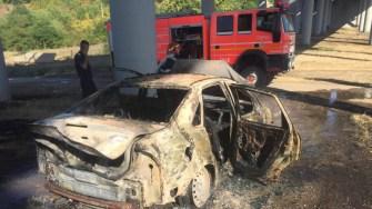 Mașina tânărului a fost mistuită de flăcări. FOTO Gabriel Radu