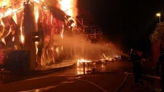 Pompierii au intervenit cu forțe sporite la incendiul din stațiunea Mamaia de la Club Bamboo. FOTO ISU Dobrogea