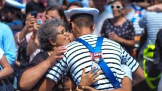 Militarii au fost așteptați pe cheu de către rude și prieteni. FOTO Cătălin SCHIPOR