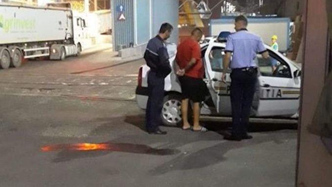Agresorul a fost încătușat de polițiști. FOTO E. C.