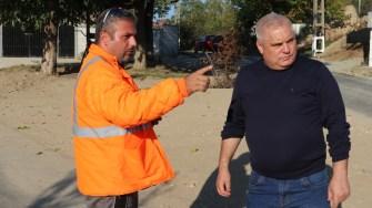 Primarul comunei Aliman, George Nicola, verifică stadiul lucrărilor de asfaltare. FOTO CTnews.ro