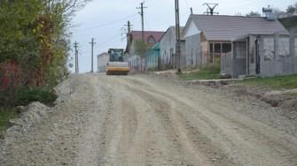 Primăria Poarta Albă asfaltează drumurile din Nazarcea. FOTO CTnews.ro