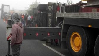TIR-ul s-a răsturnat pe carosabil. FOTO CTnews.ro