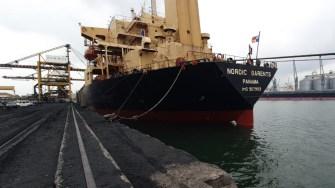 Nava la bordul căreia au fost găsiți străinii și de la bordul căreia au fugit. FOTO Poliția de Frontieră