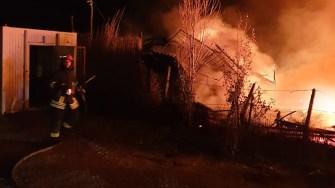 Incendiul se manifesta cu violență și le-a dat bătăi de cap pompierilor. FOTO ISU Dobrogea