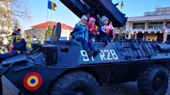 Copii au făcut fotografii cu militarii și blindatele acestora. FOTO Primăria Medgidia