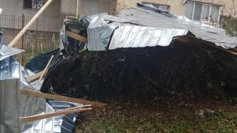 Acoperișul a fost smuls de vântul puternic. FOTO ISU Dobrogea