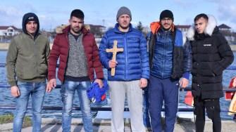 Tinerii care s-au aventurat în apa rece pentru a prinde crucea. FOTO Primăria Medgidia