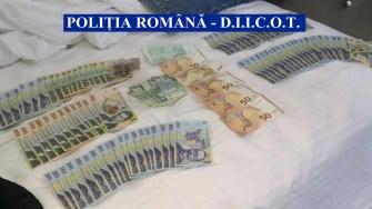 Polițiștii au confiscat bani și droguri în urma percheziției. FOTO DIICOT