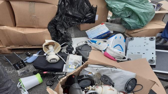 Gunoiul din Anglia e importat drept produse de uz casnic second hand. FOTO Poliția de Frontieră