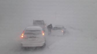 Mașinile au rămas blocate în nămeți. FOTO Ctnews.ro