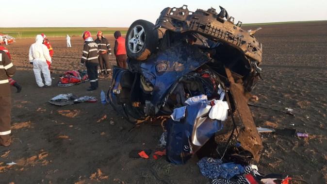 Două persoane aflate în mașină au fost grav rănite. FOTO CTnews.ro