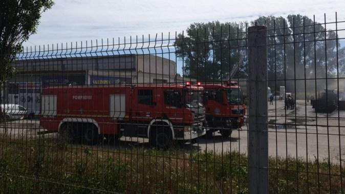 Pompierii au intervenit în număr mare pentru a stinge incendiul. FOTO CTnews.ro