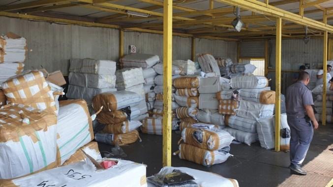 Colete cu bunuri contrafăcute, confiscate în Portul Constanţa Sud Agigea. FOTO Garda de Coastă