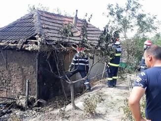 Incendiu izbucnit la o casă, în Vlahi. FOTO ISU Constanța