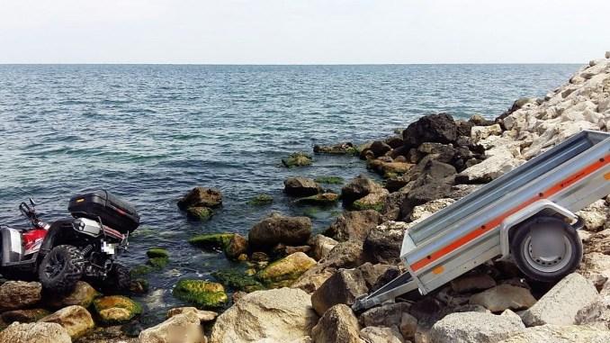 Tânără rănită ușor după ce s-a răsturnat cu ATV-ul în mare
