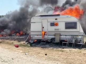 """Rulote distruse într-un incendiu în localitatea 2 Mai. FOTO ISU """"Dobrogea"""""""