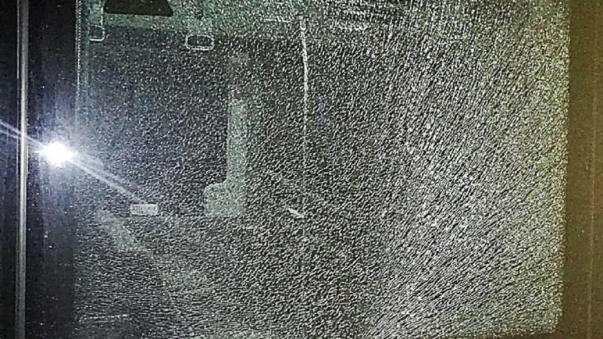 Autobuz atacat cu pietre de copii teribiliști. FOTO CT BUS