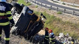 Trafic oprit pe A4 Ovidiu – Agigea, după ce un TIR s-a răsturnat. FOTO SAJ Constanța