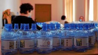 Arhiepiscopia Tomisului pregătește sticlele cu apă sfințită pentru Bobotează. FOTO Paul Alexe