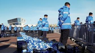 Jandarmii păzesc sticlele cu apă sfințită. FOTO Paul Alexe
