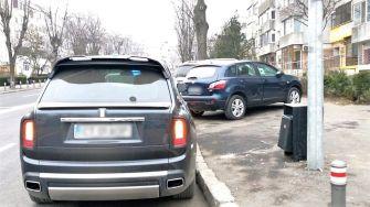 Conducătorii auto continuă să staționeze mașinile pe drumurile publice, în locuri nepermise, chiar dacă sancțiunile nu sunt tocmai de neglijat. FOTO DGPL Constanța