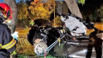 Doi tineri au murit după ce au intrat cu mașina într-un copac de pe marginea drumului, la Medgidia. FOTO ISU Constanța