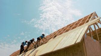 Voluntarii construiesc locuințe pentru două familii din Cumpăna. FOTO Paul Alexe
