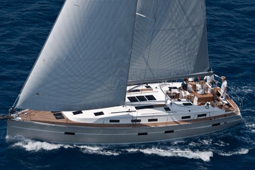 Seitenansicht Bavaria Cruiser 50 unter Segel