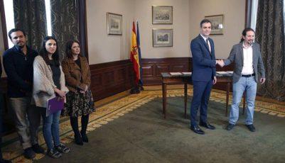 El presidente del Gobierno español en funciones, el socialista Pedro Sánchez (c), y el líder de Unidas Podemos, Pablo Iglesias, se estrechan las manos tras llegar hoy a un acuerdo./ Paco Campos (EFE)