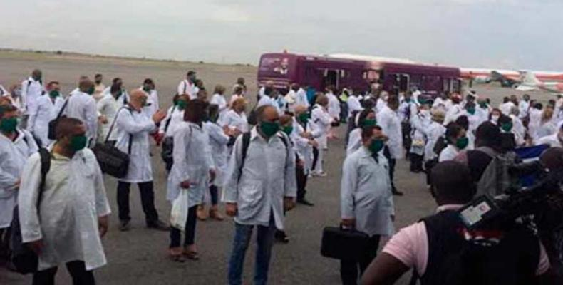 Colaboradores cubanos de la salud comenzaron a llegar a las provincias de Angola. Foto: PL.