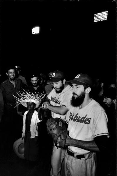 Camilo Cienfuegos en juego de peleta con Fidel, Julio 1959 (Foto Revista Life)