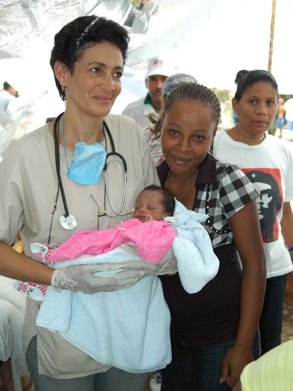 La pedriata cubana Silda del Toro, de Guantánamo, carga a la niña Elizabhet quien cumpliera 15   días de nacida el día del terremoto y quedó atrapada bajo los escombros. Un grupo de rescatistas   colombianos la rescataron 8 días después y la llevaron al hospital donde fue atendida por la   especialista que le salvó la vida. A su lado la madre de la niña. AIN Foto: Juvenal BALAN /Periódico Granma /Enviado Especial