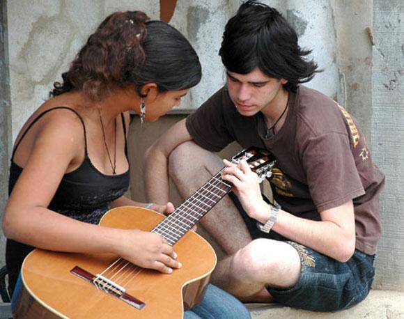 Dos jóvenes comparte el amor por la música. Foto: Kaloian