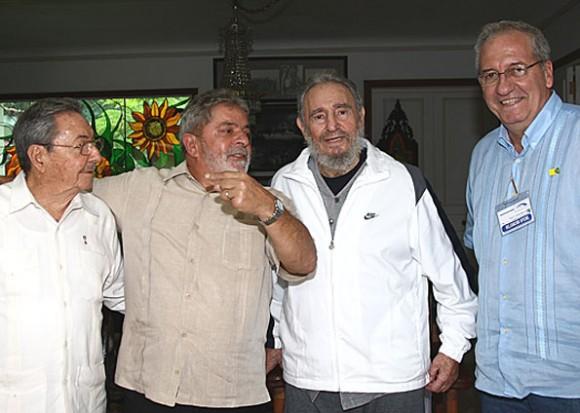 Raúl, Lula, Fidel y el embajador brasileño en La Habana.
