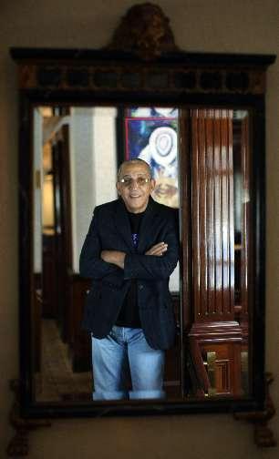 Juan Fomell, de Los Van Van. Las fotos se realizaron en el Hotel Ambassador -( MAGESTY ROOM en el penthouse del Ambassador Club). San Juan, Puerto Rico, Martes, Febrero 2, 2010.