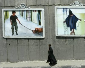 Las torturas infligidas por soldados de EEUU a presos en Abu Ghraib conmocionaron al mundo islámico, ahora se conocen las torturas británicas. - B. MEHRI / AFP