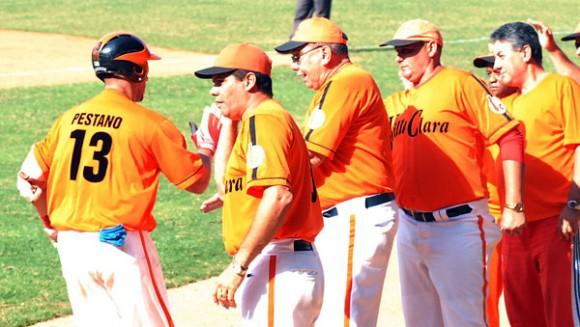 Los naranjas saludan a Pestano, impulsor de tres carreras en el quinto juego de la Gran Final 2010. Foto: Juan Moreno / Juventud Rebelde