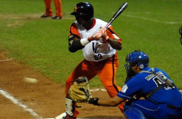 Ariel Borrero, bateador por el equipo Villa Clara. Foto Arelys Echevarría / AIN