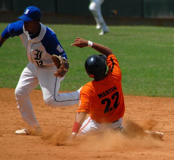 Leonis Martin (D), jugador del equipo de Villa Clara, se desliza en segunda base. Foto: Oscar Alfonso Sosa / AIN