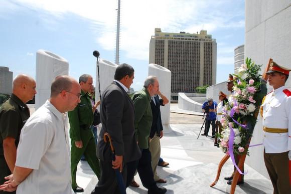 Fidel rinde homenaje a José Martí. Foto: Estudio Revolución