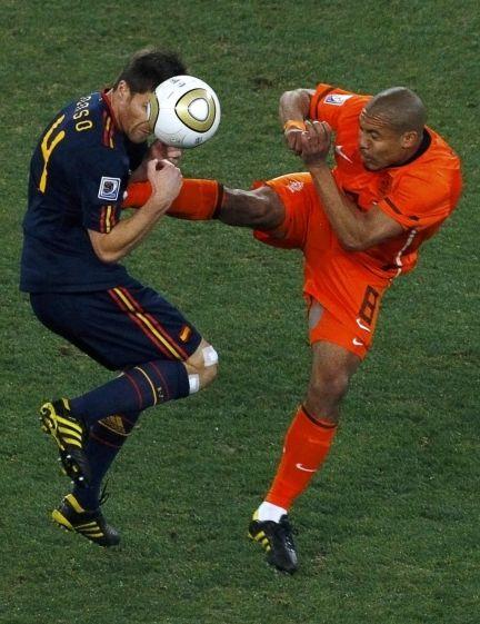 Esta es la escalofriante patada que De Jong le ha pegado a Xabi Alonso. Ha visto amarilla (Foto: Reuters).