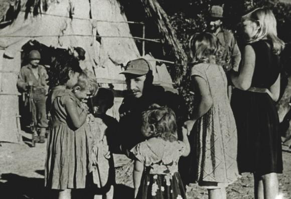 Fidel con niños campesinos de la Sierra