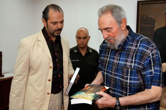 Daniel Estulin le dedica sus libros a Fidel. Foto. Alex Castro