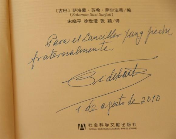 """Dedicatoria del libro """"La victoria estratégica"""". Foto: Roberto Chile"""
