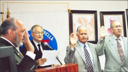 En el medio, con traje gris, el trafiquante de armas Osvaldo Mitat, brazo derecho del principal colaborador y cómplice del terrorista Luis Posada Carriles