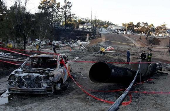 Fotografía de hoy, viernes 10 de septiembre de 2010, en la que se ve una sección de la tubería rota cerca del crater que generó la explosión en San Bruno (California). (Foto EFE/Eric Risberg/POOL)