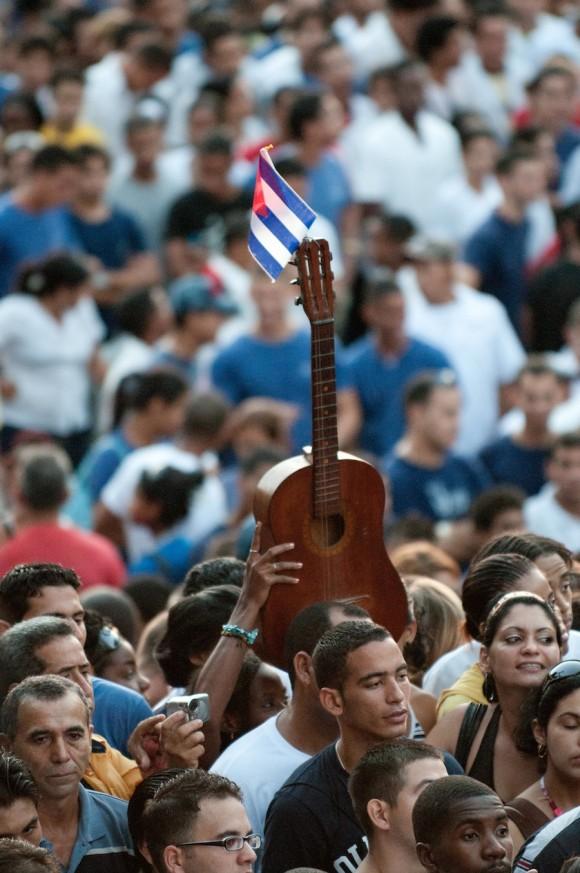 ¡Viva Fidel!, gritan y levantan las banderas y las guitarras Foto: Roberto Chile