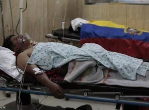 QUITO. Un miembro del GIR cayó herido y otro del GOE (al fondo) murió durante el operativo para rescatar a Rafael Correa.